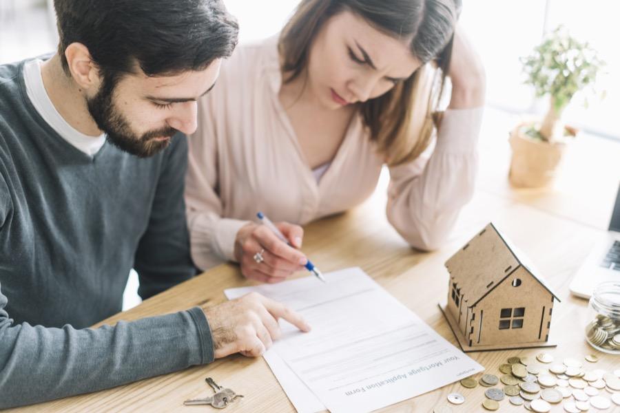 Couple signant un crédit hypothécaire
